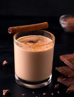 Bevanda indiana fredda del cioccolato di lassi su fondo nero