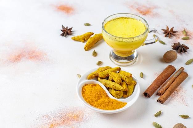 Bevanda indiana tradizionale curcuma latte dorato.