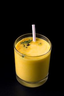 Bevanda indiana tradizionale di lassi sul nero
