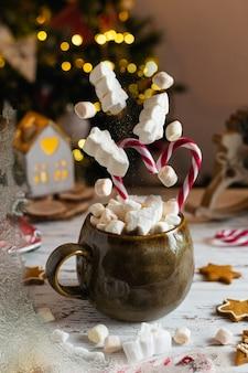 Bevanda invernale di natale, cioccolata calda al cacao con marshmallow e bastoncini di zucchero