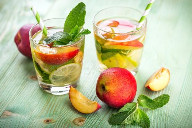 Bevanda limonata su un tavolo di legno