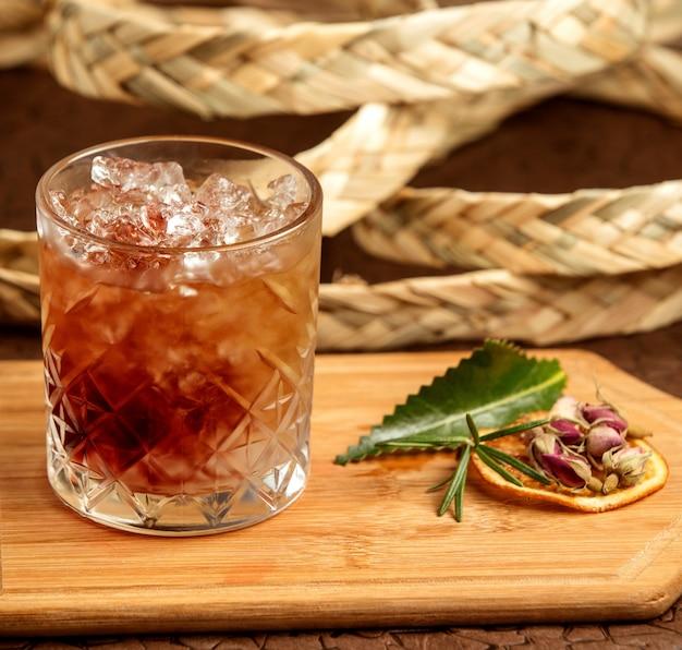Bevanda marrone con ghiaccio sul tavolo