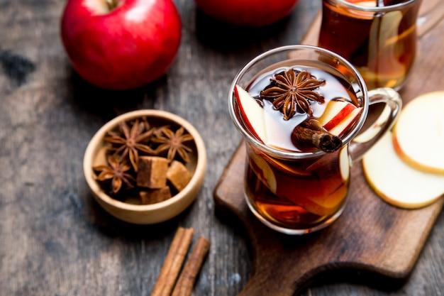Bevanda piccante bevanda calda (tè alla mela, pugno) con stecca di cannella e anice stellato. vin brulè stagionale