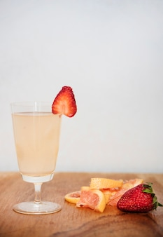 Bevanda rinfrescante con fragola e pompelmo