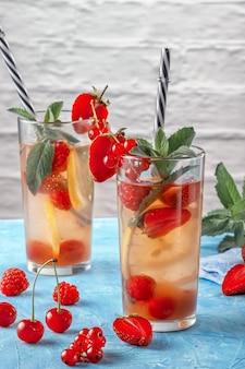 Bevanda rinfrescante con frutta in bicchieri