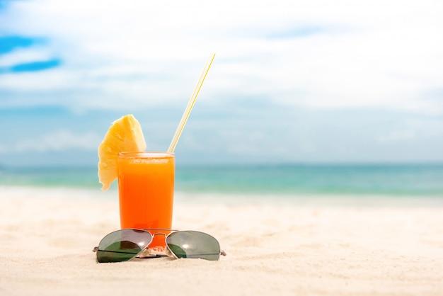 Bevanda rinfrescante del succo di frutta tropicale alla spiaggia di estate