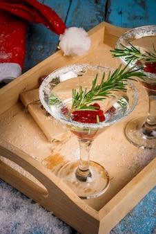 Bevanda rinfrescante di natale con mirtilli rossi e rosmarino
