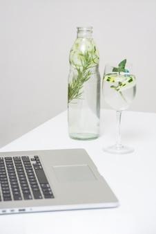 Bevanda rinfrescante e laptop
