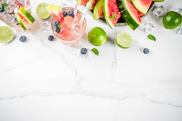 Bevanda rinfrescante estiva, anguria e cocktail di limonata ai mirtilli