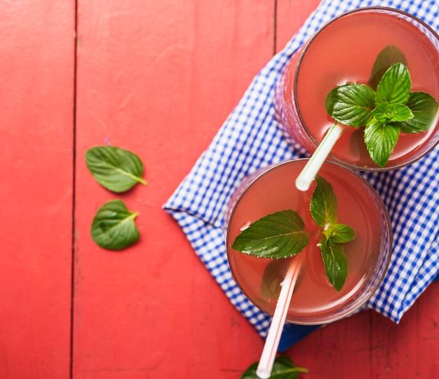 Bevanda rossa rinfrescante alle erbe