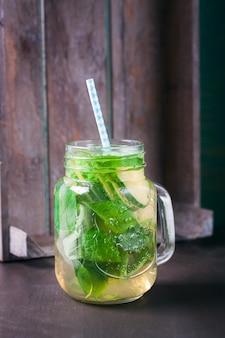 Bevanda salutare con fette di limone