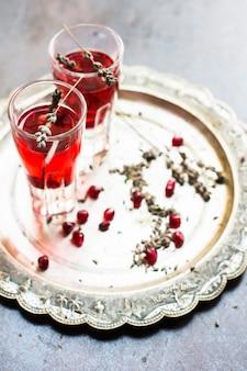 Bevanda salutare con melograno fresco