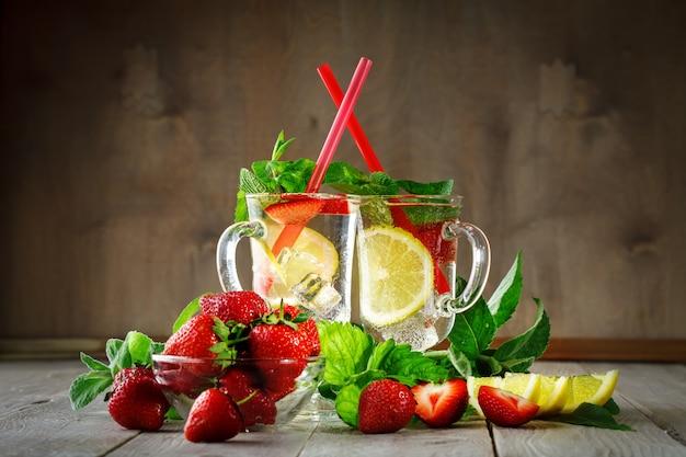 Bevanda sana estate fresca con limone e fragole con ghiaccio.