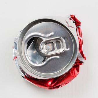Bevanda stropicciata può su sfondo grigio