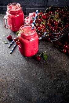 Bevanda vitaminica fruttata estiva. frullato di ciliegie fatto in casa