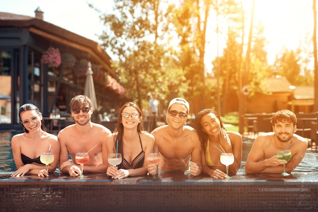 Bevande a bordo piscina. friends enoying festa in piscina.