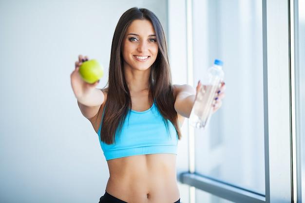 Bevande. acqua potabile ragazza felice. assistenza sanitaria. uno stile di vita sano