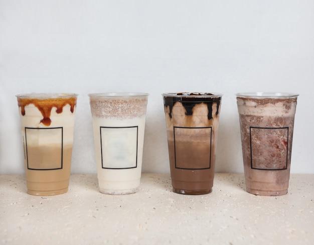 Bevande al cioccolato freddo in bicchieri di plastica affiancate