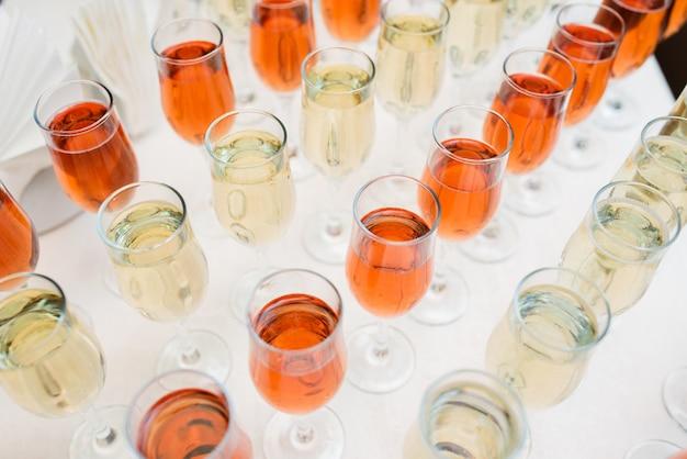 Bevande alcoliche e cocktail sul tavolo.