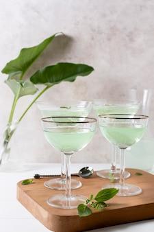 Bevande alcoliche rinfrescanti del primo piano sul tavolo