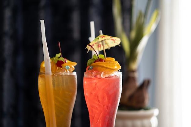 Bevande analcoliche colorate, cocktail in un lungo bicchiere trasparente