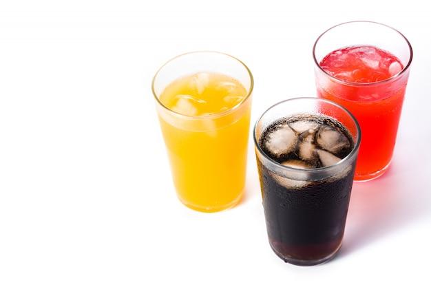 Bevande analcoliche colorate per l'estate isolate,