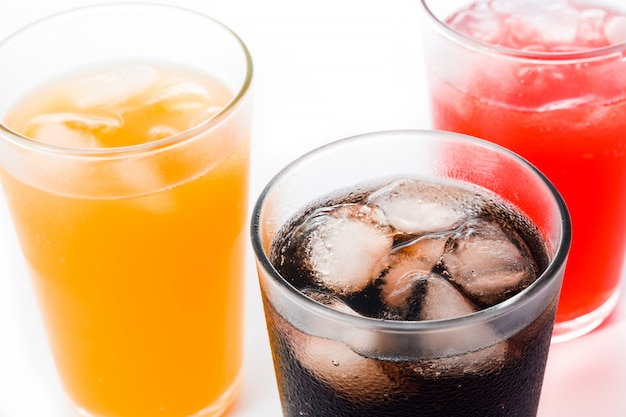 Bevande analcoliche di sapori diversi per l'estate isolato, vista dall'alto