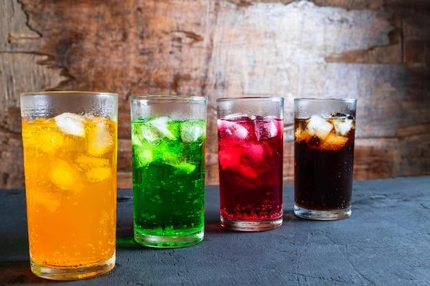 Bevande analcoliche nel bicchiere sul tavolo