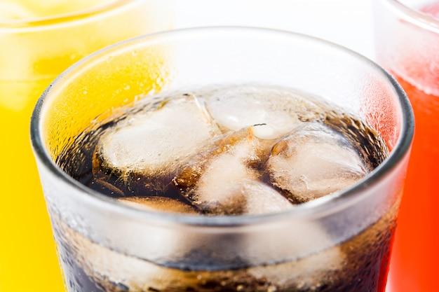 Bevande analcoliche variopinte per l'estate isolato, alto vicino