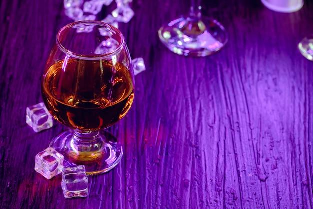 Bevande cocktail con ghiaccio nelle luci del club
