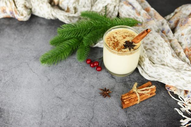 Bevande deliziose allo zabaione come feste a tema per il tradizionale natale e le vacanze invernali