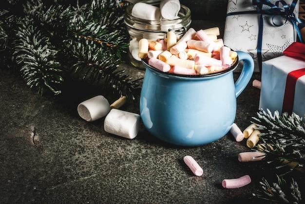 Bevande di capodanno e bevande natalizie idea cioccolata calda con marshmallow
