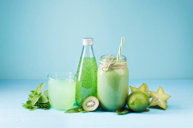 Bevande di frullato verde vista frontale