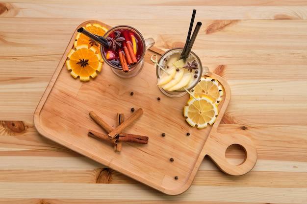 Bevande di frutta calde - lampone con tè all'arancia e pera con lime, vista dall'alto