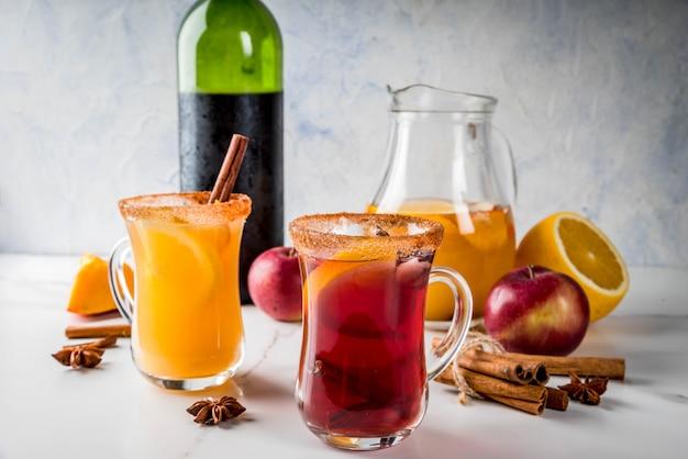 Bevande e cocktail tradizionali autunnali e invernali. sangria piccante calda di autunno bianco e rosso