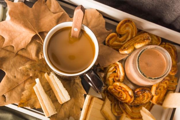 Bevande e paste su foglie in scatola
