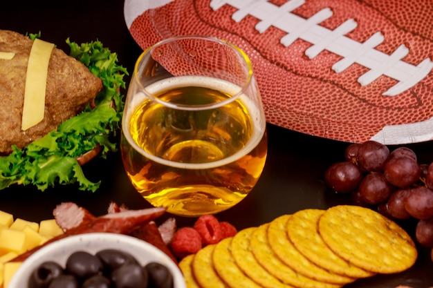 Bevande e snack per gli appassionati di partite di calcio di superball