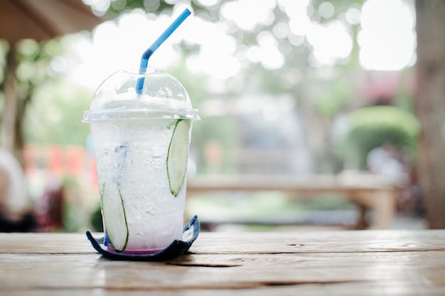 Bevande fredde con un'atmosfera luminosa e rinfrescante al mattino rendono duro il lavoro.