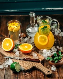 Bevande fresche con un sacco di ghiaccio sul tavolo