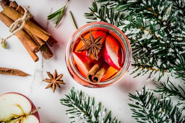 Bevande invernali tradizionali, vin brulè bianco e rosso, con vino bianco e rosso