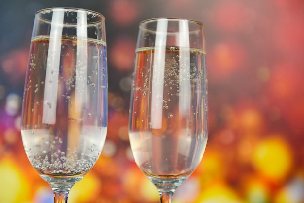 Bevande natalizie in vetro prosecco come festa a tema e concetto di festa con bicchieri di champagne