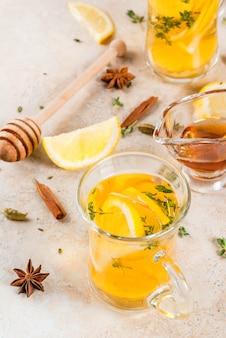 Bevande tradizionali autunnali e invernali. riscaldamento tè caldo con limone, zenzero, spezie (anice, cannella) ed erbe (timo), copyspace
