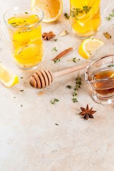 Bevande tradizionali autunnali e invernali. tè caldo riscaldante con limone, zenzero, spezie