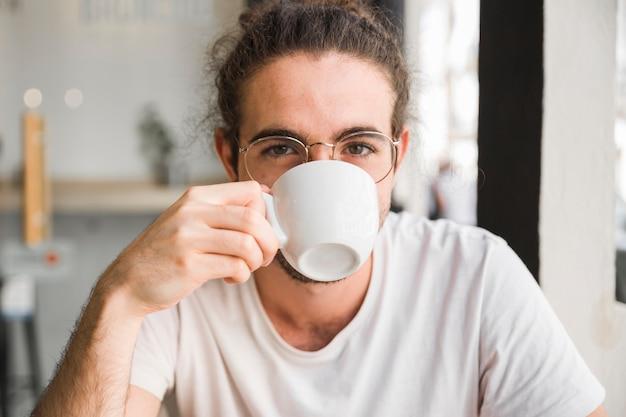 Bevendo caffè