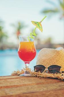 Bevi un cocktail in vacanza.