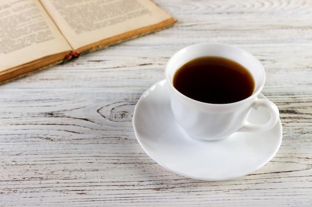 Bevi un libro di lettura per un caffè