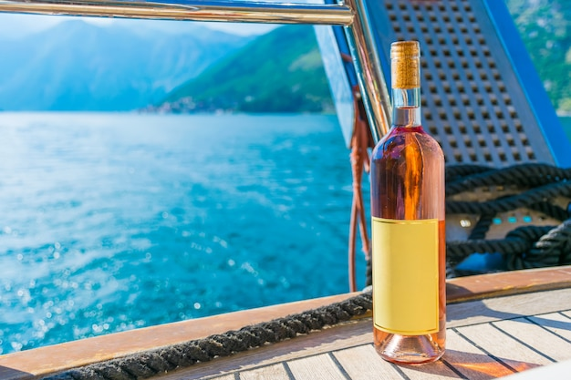 Bevi vino rosa, navigando su uno yacht lungo la baia di boka-kotor.