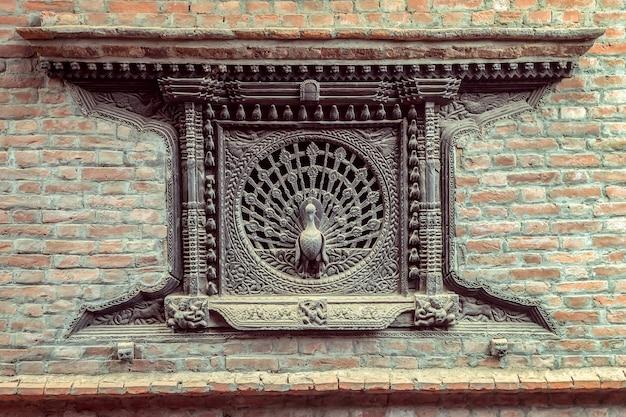 Bhaktapur, nepal - 21 marzo 2017: la bellezza e l'unica cosa nella finestra di pavone antica di fama mondiale a bhaktapur, nepal