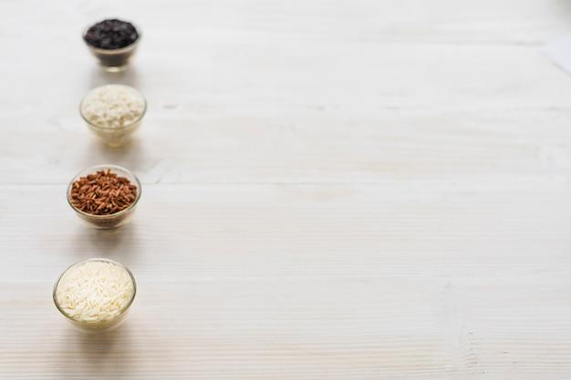 Bianca; marrone; ciotole di riso nero e soffio disposte in fila con spazio per il testo