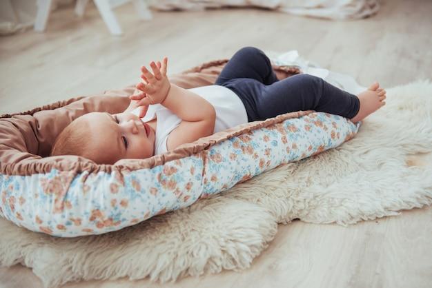Biancheria da letto per bambini. il bambino dorme nel letto. un bambino sano